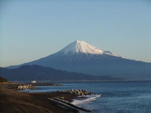 元旦の朝日をあびる富士山